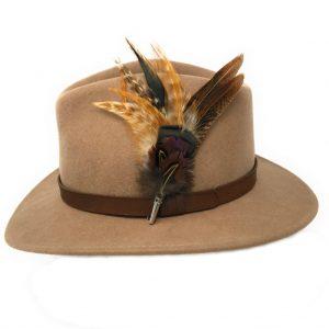 Chapeau Fedora Naunton avec broche en plumes de pays
